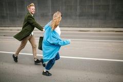 Rue de marche de ville de jeunes couples heureux tenant des mains dans l'amour Images libres de droits