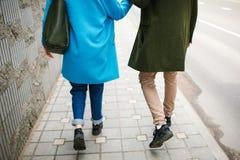 Rue de marche de ville de jeunes couples heureux tenant des mains dans l'amour Images stock