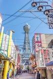 Rue de marche vers la tour de Tsutenkaku chez Shinsekai photo libre de droits