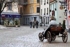 Rue de Meistaru à vieux Riga, Lettonie Le vieux chariot est utilisé comme une publicité pour le restaurant Image libre de droits