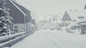 Rue de Milou de ville de montagne, calamité de neige Paysage d'hiver avec la neige en baisse banque de vidéos