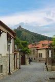 Rue de Mtskheta avec des vues du monastère de Jvari Image stock