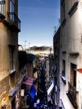 Rue de Napoli et volcan de vesuvio à l'arrière-plan Photographie stock libre de droits