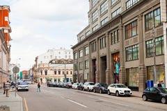 Rue de Neglinnaya au centre de Moscou Photographie stock libre de droits