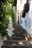 Rue de Nerrow de vieille ville dans Marmaris, Turquie Lumière de jour Ancien Photos stock