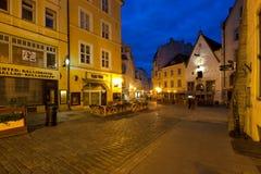 Rue de nuit à Tallinn image stock