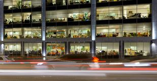 Rue de nuit avec des voitures et immeuble de bureaux à Moscou, Russie photographie stock
