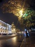 Rue de nuit dans la cathédrale du centre ville et du ` s Isaakievsky de St Isaac Russie petersburg Photographie stock