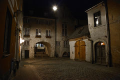 Rue de nuit dans la vieille ville de Riga Photographie stock libre de droits