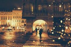 Rue de nuit dans une ville europ?enne photo libre de droits