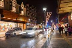 Rue de nuit dans Ushuaia image libre de droits