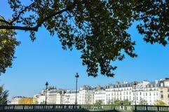 Rue de Paris avec l'été de bâtiments Photos libres de droits
