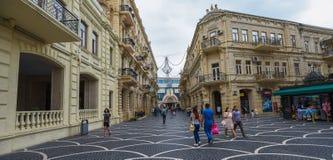 Rue de passage dans la ville de Bakou, boutiques Image stock