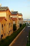 Rue de petite ville côtière dans le matin de la Chypre Photo libre de droits