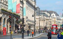 Rue de Piccadilly et un bon nombre de personnes et de transport sur la route la route Londres, R-U Image libre de droits