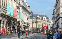 Rue de Piccadilly et un bon nombre de personnes et de transport sur la route la route Londres, R-U Photos libres de droits