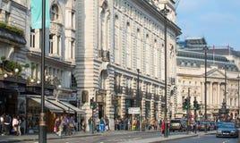 Rue de Piccadilly et un bon nombre de personnes et de transport sur la route la route Londres, R-U Images stock
