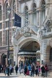 Rue de Piccadilly et un bon nombre de personnes et de transport sur la route la route Londres, R-U Images libres de droits