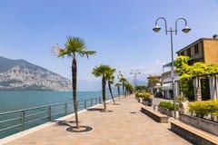 Rue de promenade dans la ville d'Iseo, lac Iseo, Italie Photos stock