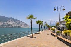 Rue de promenade dans la ville d'Iseo, lac Iseo, Italie Image stock