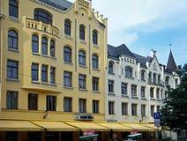 Rue de Riga, de Meistaru et de Zirgu, une maison avec des chats photographie stock libre de droits