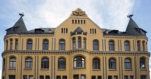 Rue de Riga, de Meistaru et de Zirgu, une maison avec des chats photos stock