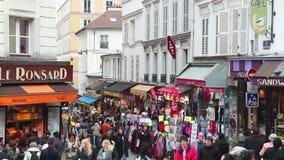 Rue de Steinkerque op Montmartre-heuvel in Parijs, Frankrijk stock footage