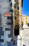 Rue de Templier;一条街道在Grimaud, Var村庄,在没有人的法国南部 免版税库存图片