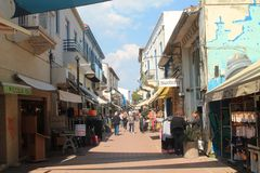 Rue de touristes avec des magasins et des personnes photo stock