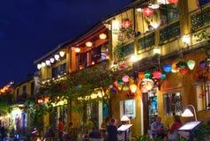 Rue de touristes de nuit avec beaucoup de lampes-torches Photos stock