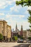 Rue de Tverskaya au centre de la ville et aux tours de Kremlin Paysage urbain avec une chaussée Photographie stock libre de droits