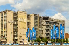 Rue de Tverskaya au centre de la ville Vue sur le bâtiment du journal Izvestia à Moscou Images stock