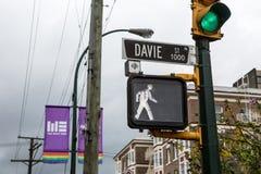 Rue de Vancouver Davie avec des drapeaux Images stock