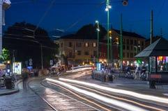 Rue de Viale Gorizia à Milan la nuit photographie stock libre de droits