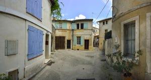 Rue de vieille ville avec du charme d'Arles Photo stock