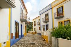 Rue de village avec les bâtiments résidentiels dans la ville de Bordeira près de Carrapateira, dans la municipalité d'Aljezur dan Photos libres de droits