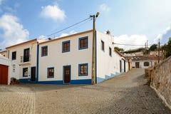 Rue de village avec les bâtiments résidentiels dans la ville de Bordeira près de Carrapateira, dans la municipalité d'Aljezur Photos stock