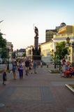 Rue de ville avec les lanternes et le monument Images libres de droits