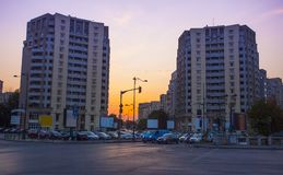 Rue de ville de Bucarest au coucher du soleil photo stock
