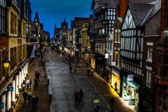 Rue de ville de Chester au crépuscule photographie stock libre de droits