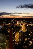 Rue de ville de Vilnius la nuit Image stock