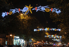 Rue de ville illuminée avec des ampoules de Noël, Joyeux Noël Photo stock