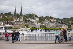 Rue de ville de luzerne le long de côte de rivière de Reuss image stock