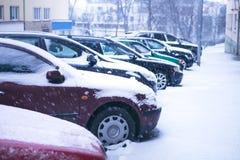 Rue de ville de Prague sous la neige Entraînement de voitures sur une route de tempête de neige Calamité de neige dans la ville L photos stock