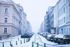 Rue de ville de Prague sous la neige Entraînement de voitures sur une route de tempête de neige Calamité de neige dans la ville L photographie stock libre de droits