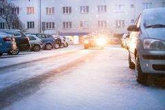 Rue de ville de Prague sous la neige Entraînement de voitures sur une route de tempête de neige Calamité de neige dans la ville L photos libres de droits