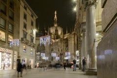 Rue de Vittorio Emanuele avec des lumières de temps de Noël, Milan, Italie Photos libres de droits