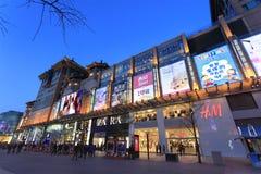 Rue de Wangfujing au crépuscule Pékin, Chine Photographie stock libre de droits