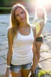 Rue debout de belle fille avec la soeur de son amie à l'arrière-plan Image libre de droits