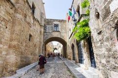 Rue des chevaliers dans la ville de canalisation de Rhodes photo stock